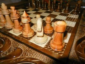 шахматная фигура лошади вырезана полностью в ручную.