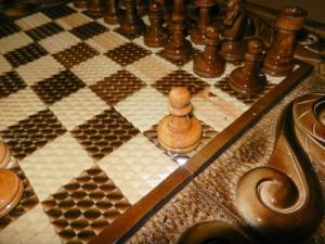 Резные поля шахматной доски добавляют изысканность.
