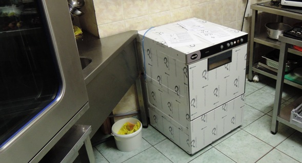 Машина посудомоечная Apach-AF500P встала на своё место на кухне.